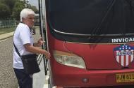 El técnico Julio Comesaña antes de subirse en el bus del Junior ayer en el parqueadero del aeropuerto.