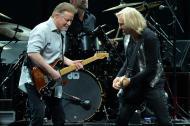 Don Henley y Joe Walsh durante su presentación en vivo en Nashville, Tennessee.
