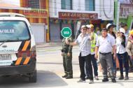 Con una señal de 'siga'  en la mano, el alcalde Char autoriza la circulación de carros por la zona.