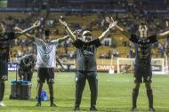 Maradona celebrando con sus jugadores luego del partido.