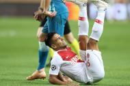 Falcao cae en medio de la lucha por la pelota en el partido Mónaco-Atlético.