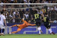 El defensor bosnio de Juventus, Miralem Pjanicanota, contra el portero brasileño Neto durante el partido de fútbol del Grupo H de la UEFA Champions League entre el Valencia CF y la Juventus FC.