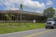 Un camión pasa por la vía Cordialidad, justo a menos de cinco metros se encuentran los palcos donde se desarrollarán las corralejas a finales de septiembre.