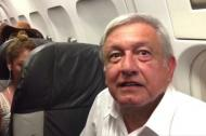 Juan Manuel López Obrador dentro del vuelo comercial.