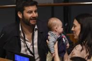 La primera ministra de Nueva Zelanda, Jacinda Ardern, carga a su hija en la Asamblea de la ONU.
