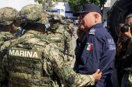 Miembros de la Armada de México escoltan al Secretario de Seguridad Pública de Acapulco Max Lorenzo Sedano.