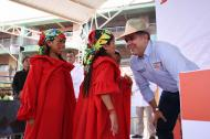 El presidente Duque saluda a dos niñas wayuu este sábado en Uribia.