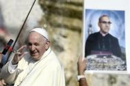 El papa Francisco saluda en la plaza de San Pedro luego de la canonización de siete nuevos santos entre ellos el salvadoreño Óscar Arnulfo Romero cuya imagen se observa al fondo.