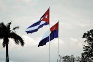 La primera bandera cubana y la actual ondeante durante las celebraciones del 150 aniversario del inicio de la guerra de independencia contra España.