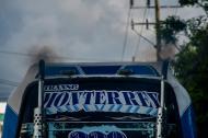Un bus emite una gran cantidad de humo negro, a la altura de la vía 40.