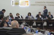 Integrantes de la Comisión debatiendo reforma.