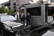 La delegación de investigación de Arabia Saudita llega con vehículos diplomáticos a la residencia del cónsul saudí.