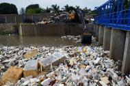 Una retroexcavadora limpia la trampa de basura del Arroyo León. Imagen de referencia.