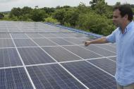 Director de Cormagdalena señala paneles solares.