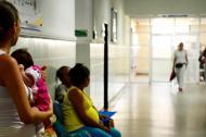Pacientes esperan ser atendidas en la sala de urgencia del Hospital Niño Jesús.
