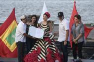 El alcalde Alejandro Char entrega el decreto de nombramiento como reina del Carnaval 2019 a Carolina Segebre.