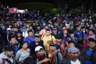 Los migrantes hondureños que se dirigen en una caravana a los Estados Unidos, se reúnen en el parque central de Ciudad Tecún Uman, Guatemala, en la frontera con México.