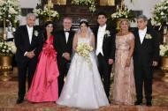 Los nuevos esposos junto a sus padres y el presidente Iván Duque.
