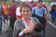 Miles de migrantes hondureños reanudaron su marcha hacia Estados Unidos el domingo desde la ciudad de Ciudad de México. Hidalgo.