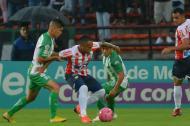 Jarlan Barrera domina el balón ante la marca de Jorman Campuzano.
