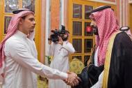 Salah bin Jamal  Khashogg saluda al príncipe saudí  Mohamed Bin Salmán durante el encuentro en el palacio.
