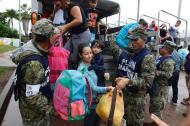 Soldados trasladan a habitantes de Escuinapa, Sinaloa, a zonas de refugio ante la llegada de Willa.
