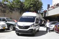 Una camioneta de la Policía en el traslado de presos en el Centro de Servicios.