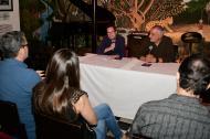"""El director de EL HERALDO, Marco Schwartz, y el escritor Darío Vargas durante la presentación de la obra """"Seis imposibles"""" en La Cueva."""