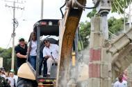 Sobre maquinaria pesada, el alcalde Alejandro Char dirigió el inicio de la recuperación de los dos parques en la Ciudadela 20 de Julio.