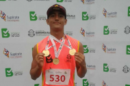 El atleta Edier Cabarcas posa con su medalla de oro.