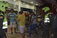 Uniformados de la Policía en un procedimiento de captura en un establecimiento.