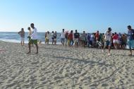 Las personas que se encontraban en la playa se acercaron para ver el cuerpo de la menor.