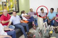 Carlos Bolaño de ASI (detrás del jarrón) dice que no estuvo en esta reunión y que la foto es un montaje.