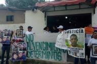 Familiares de las víctimas protestando ayer.