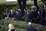 Momento en el que es trasladado el féretro del expresidente en el cementerio Jardines del Recuerdo.