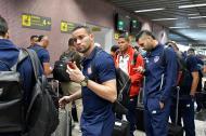 El cancerbero José Luis Chunga saliendo del aeropuerto de Curitiba, también aparece el zaguero Ávila.