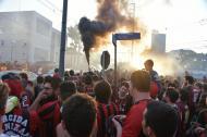 Un mar de personas vestidas con los colores rojo y negro del Atlético Paranaense desfiló por los alrededores del estadio del 'Furacao'.