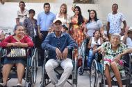 La primera gestora social del municipio, Liliana Ramírez, con el alcalde de Malambo, Efraín Bello, en la entrega de las ayudas técnicas.
