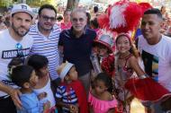 El gobernador del Atlántico, Eduardo Verano, en compañía de jugadores el Junior en la entrega de regalos a los niños.