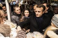 El presidente francés, Emmanuel Macron visita el mercado navideño en Estrasburgo para rendir homenaje a las víctimas del ataque del 11 de diciembre que mataron a cuatro personas. Los sondeos no le favorecen.