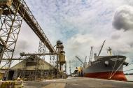 Embarcación fondeada en un muelle de la zona portuaria de Barranquilla.