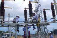 Contratistas de Electricaribe trabajan en redes.