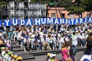 Voluntarios esperan entrada de ayuda humanitaria.