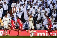 Jugadores del Girona celebran un gol ante la tristeza de Raphaël Varane y Toni Kroos.