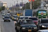 Vehículos particulares transitan por la Vía 40 entre calles 79B y 80.