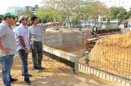El alcalde Alejandro Char en la inspección de las obras del Parque Venezuela. Lo acompaña el gerente de la ADI, Alberto Salah.
