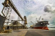 Buque fondeado en uno de los muelles de la zona portuaria de Barranquilla.