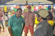 El alcalde Alejandro Char recorre los puestos que funcionan en el Malecón.