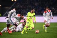 Lionel Messi elude a varios jugadores del Lyon y avanza hacia la portería, donde no pudo concretar.