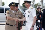 El almirante Craig Faller, jefe del Comando Sur que atiende asuntos del Caribe y de Centro y Sur América, se saluda con el mayor general Luis Navarro Jiménez, comandante general de las Fuerzas Militares de Colombia.